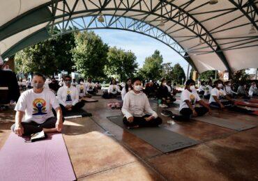 Celebran el bienestar a través del yoga