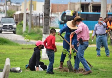 """Conmemora el Gobierno de Tlajomulco """"El día del árbol"""" reforestando zona urbana"""
